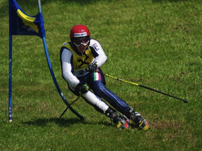 Sciatore sull'erba